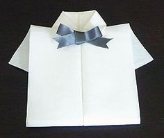 Pliage en papier réaliser une chemise ou chemisette ,pliage de serviette de table en papier en forme de chemise ou chemisette, decoration de table, recettes de cuisine et traditions en Europe. Information et Tourisme Européen. Origami And Kirigami, Table Origami, Napkin Folding, Napkins, Scrapbook, Invitations, Decoration, Europe, James Bond