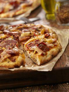 Our tapa version of this pizza includes Spanish chorizo sausage and Serrano ham, giving it a distinctly Spanish flavor. Spanish Chorizo Recipes, Tapas Recipes, Oven Recipes, Pizza Recipes, Recipies, Ham Pizza, Picnic Snacks, Small Pizza, Serrano Ham