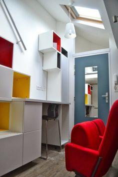 Aménagement d'un studio sous combles autour d'une composition de modules Metod Ikea par Mademoiselle Déco