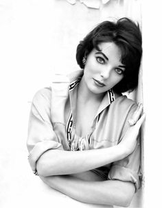 You're so Young & Beautiful, Joan. Classic Actresses, British Actresses, Classic Movies, Actors & Actresses, British Actors, Dame Joan Collins, Jackie Collins, Vintage Hollywood, Classic Hollywood