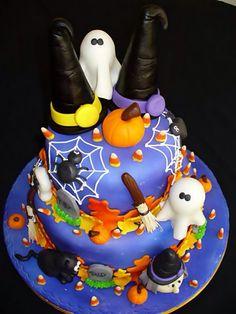 #TuFiestaTip -Pastel para fiesta de halloween  con figuras y cobertura de fondat.