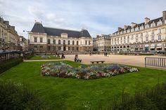 Vue sud-ouest de la Place du Parlement de Bretagne, Rennes, France.