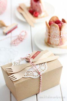 Cake/sandwich takeaway box - Picnic idea/picture idea only Picnic Box, Picnic Time, Lunch Time, Snack Box, Lunch Box, Mini Patisserie, Plateau Charcuterie, Menue Design, Cuisines Diy