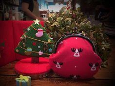 京都奈聖誕節特別款-麋鹿來囉  聖誕節!聖誕節就是要交換禮物! 什麼樣的禮物讓人最驚喜最愛不釋手呢! 京都奈口金包特別推出「耶誕小口金包」,必定讓妳的耶誕派對尖叫大喊「超級可愛的」。 趕快搶先買起來!限量喔  【尺寸】H10x9.5cm 【材質】日本濱文樣手拭い(綿布) 產地/製造方式 台灣製