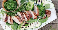Sammen med grønnkålpesto får du en sommerlig og sunn middag. Oppskrift fra Tinas sommer. Pork Ham, Kiwi, Avocado Toast, Pesto, Bacon, Breakfast, Food, Spinach, Hoods