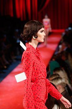 Milán Fashion Week: Moschino Primavera-Verano 2017  http://stylelovely.com/galeria/milan-fashion-week-moschino-pv2017/
