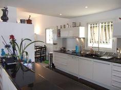 LA CIOTAT - Vente villa T6 proche commodités, au calme, de style contemporain, d'une surface d'environ 355m² aux prestations haut de gamme, avec annexes en sous-sol parfaitement aménagées.  Maison com [...]