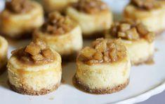Deze heerlijke Mini Cheesecakjes met Appelcompote zijn op smaak gebracht met witte chocolade en vanille extract. Precies het juiste formaat en erg lekker!