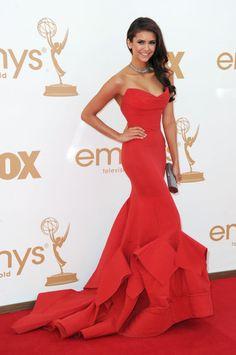Nina Dobrev vestindo Donna Karan, Emmy Awards 2011