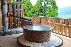 箱根大涌谷源泉のにごり湯を満喫!日本唯一、寄木壁面の露天風呂
