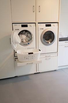 Ben je op zoek naar tips om je wasmachine en droger netjes in een kast weg te werken? Bekijk dan de mogelijkheden van onze wastoren. Altijd alles netjes weggewerkt incl. de leidingen, maar ook praktische opbergruimte.  #wastoren #washok #bijkeuken #badkamer #wasmachine #wasdroger #laundry #washingmachine #opbergen Mudroom Laundry Room, Laundry Room Layouts, Laundry In Bathroom, Utility Room Storage, Laundy Room, Stairway Decorating, Modern Laundry Rooms, Laundry Room Inspiration, Texas Homes