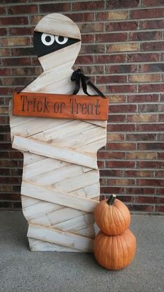 12 DIY Halloween Pallet Projects 2019 Pallet Mummy The post 12 DIY Halloween Pallet Projects 2019 appeared first on Pallet ideas. – do pallet Halloween Palette, Halloween Wood Crafts, Theme Halloween, Outdoor Halloween, Diy Halloween Decorations, Holidays Halloween, Spooky Halloween, Happy Halloween, Halloween Stuff