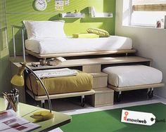 Móvel que abriga uma cama embutida e duas com rodinhas. É só usar e guardar.