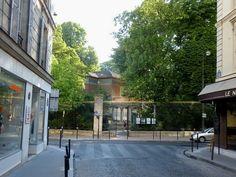 L'entrée discrète du jardin du Luxembourg, en face de la rue Vavin.