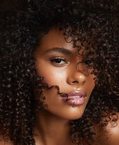 Comment reproduire le wedding beauty look de Tina Kunakey ? Tina Kunakey, Curly Hair Styles, Natural Hair Styles, Hair Photography, Beauty Shots, Natural Makeup Looks, African Beauty, Dark Beauty, Wedding Beauty