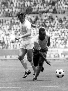 Brazil 1 England 0 in 1970 in Guadalajara. Pele takes on Alan Mullery in Group 3 at the World Cup Finals. Street Football, School Football, Good Soccer Players, Football Players, Brazil Football Team, Pure Football, Fifa, Association Football, Football Memorabilia