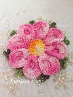 Flor em croche Podendo ser feita em linha duna e barbante barroco Pode ser usada em aplicações,montagens de tapetes,caminhos de mesa e uma infinidade de peças R$ 7,00