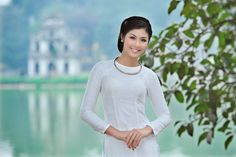 Not a wedding #aodai but the hair, necklace and uncollared ao dai work well together.