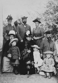 "longliveroyalty: ""Queen Victoria and some of her descendants. June L-R: Princess Alix of Hesse, Princess Beatrice (Princess Henry of Battenberg), Prince Alexander, Indian servant, Prince Henry. Queen Victoria Children, Queen Victoria Family, Queen Victoria Prince Albert, Victoria And Albert, Reine Victoria, Victoria Reign, Black Panthers, Queen Elizabeth, Royal Families"