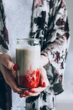 Creamy strawberry milk with tahini, coconut and maca powder, to support a balanced hormone production and improve your mood #vegan | TheAwesomeGreen.com
