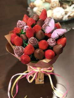 15 Ramos that all 'food lover' expects to receive Valentine - bouquet made with strawberries and chocolate - Edible Fruit Arrangements, Edible Bouquets, Food Bouquet, Candy Bouquet, Chocolate Dipped Strawberries, Chocolate Covered Strawberries, Fruits Decoration, Desserts Valentinstag, Valentine Bouquet