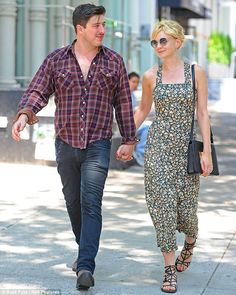 Carey Mulligan's outfit is sooo cute. Plus she's got some hot man candy!