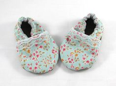 These super girly baby shoes feature pink flowers on a mint background with a sweet lace trim. They are lined with organic flannel to keep baby toes soft and comfy. They have elastic that runs around the heels to ensure these shoes will never fall off, but the sides pull back to easily slide overa chubby baby foot. These booties have rubber soles which are soft enough for a newborn, non-slip for new walkers, and waterproof for adventurous toddlers.  To determine your size, measure your…