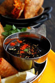 Chutney de Tamarindo, un complemento indispensable en un banquete hindú. Pasta de tamarindo, azúcar, comino y cilantro en polvo, guindilla roja y sal son los únicos ingredientes que necesitas.Podrás guardarlo en la nevera ¡hasta quince días!
