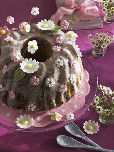 Tischdeko: Frühlingsfrisch mit Blüten gedeckt - gugelhupf-mit-zuckerblueten-600-8003