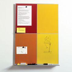 4面に配されたカラーグラデーションが、空間のアクセントとなるピンナップボード。Paolo Rizzattoデザイン。