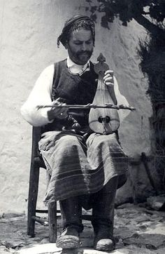 Cretan lira player, ealy 20th century (Nelly's, Benaki Museum, Athens).