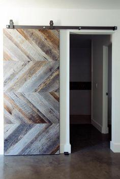 Rien de tel que le bois recyclé dans une maison. Il apaise et rend l'ambiance d'une pièce plus chaleureuse. N'hésitez jamais à lui donner une seconde vie, que ce soit un lit, une table, un tiroir, ou n'importe quel autre...