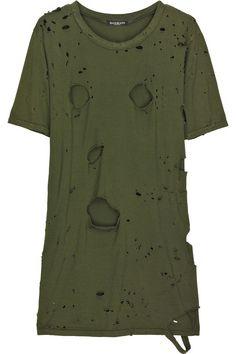 """Já está disponível no Net-a-Porter parte da coleção """"militar-MadMax"""" Balmain. Claaaaro que Balmain é caríssimo, claaaaaaro que a gente não deixa de gostar e de se inspirar no que Christophe Decarnin cria para a marca por este motivo. Mas é que uma das peças ícones da coleção, a camiseta de algodão toda detonada, chegou às …"""
