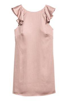 Атласное платье с оборками: Короткое атласное платье с короткими рукавами-крылышками. Платье облегающее, сзади глубокий вырез с оборками по краю. Потайная молния сбоку. На подкладке.