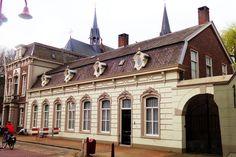Het vroegere raadhuis en de vroegere herberg De Korenbeurs hebben als dakkapel een sierlijk 'ossenoog'.