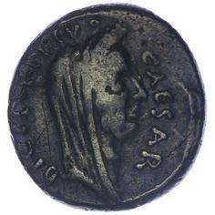 P. Sepullius Macer für C. Iulius Caesar, Iulia, Sepullia  Denar Silber