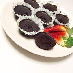 Healthy reese's  od @hannpettsfood 118g hořké čokolády  2 lžíce PB 2kávové lžíce kokosového oleje  8 košíčků 👉Ve vodní lázni rozpustime čokoládu (nebo v mikrovlnce), poté do každého košíčků dáme přibližně 1lzicku čokolády a necháme v mrazáku 10 min ztuhnout. Mezitím si smícháme arašidové máslo (v pokojové teplotě) s mouckovym cukrem a kokosovým olejem. Poté vytahneme košíčky z mrazáku a do každého košíčků přidáme cca 1lzicku arasidoveho másla a navrch zbylou čokoládu. Nakonec necháme…