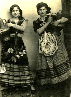 Cañamero en 1956. Mozas con cántaros de cobre de Guadalupe