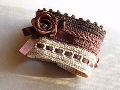 Mademoiselle chocolat... náramok urobený na hrubšie zápästie. dĺžka náramku: 18,5 cm. Zaväzuje sa šnúrkou