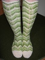 Heivatut kudelmat: Polvekeraitasukat Knitting Socks, Knit Socks, Leg Warmers, Mittens, Slippers, Footwear, Legs, Crochet, How To Make