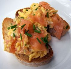 Scrambled Eggs with Smoked Salmon. Scrambled eggs with smoked salmon and chives a decadent and indulgent Sunday lunch. Fixes any of lifes problems :) Smoked Salmon And Eggs, Salmon Eggs, Breakfast Snacks, Best Breakfast, Breakfast Recipes, Halibut Recipes, Cream Cheese Recipes, Scrambled Eggs, Fabulous Foods