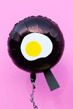 DIY Fried Egg Emoji Balloons | studiodiy.com
