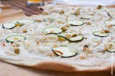 Wos zum Essn: Yay, hallo Sommer! Flammkuchen mit Feta, Zucchini und Frühlingszwiebeln