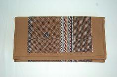 Cartera de mano camel con doble tela estampada en tonos marrones y cierre de imán. Medidas aprox: 26x13cm. P.V.P: 25€