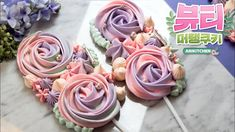 Conas a dhéanamh Beauty Meringue Cookie Pops - Ari Kitchen - Essential International Milis Recipes In Irish Cookie Desserts, Cookie Recipes, Snack Recipes, Dessert Recipes, Meringue Cookie Recipe, Christmas Food Gifts, Bakery Business, Cookie Pops, Wedding Cookies