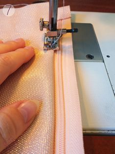 costura fácil paso a paso.Easy Installation elastic foot home-sewing machine Universal elastic fabric presser foot pressure Sewing Lessons, Sewing Hacks, Sewing Tutorials, Sewing Crafts, Sewing Projects, Sewing Patterns, Tutorial Sewing, Techniques Couture, Sewing Techniques