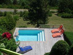 Surplombant la verdure, cette mini piscine Piscinelle est un véritable petit coin de paradis.