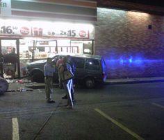 Conductor ebrio impacta su camioneta sobre los cristales del 7 eleven de plaza Atemajac. Reportero ciudadano: Eddy Jair Sánchez