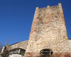 Torreón de la Fuente Sorda en Andújar (Jaén)  38· 2' 7'' N 4· 3' 24'' W  Andújar se encuentra en la RUTA DE LOS NAZARÍES: De Navas de Tolosa a Jaén y Granada. En la imagen el torreón de la Fuente Sorda: Antigua torre de la muralla almohade, que en siglo XV fue forrada de sillería. El escudo de la ciudad, que decora el frente central, es del siglo XVI. Es de piedra, sobre cueros recortados y timbrados. Por encima lo remata un frontón curvo sostenido por dos ménsulas a modo de hornacina.
