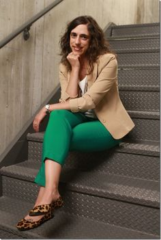 I have the kelly green ankle pants. Like the idea of leopard flats. Work Fashion, Fashion Pants, Fashion Outfits, Pantalon Vert Olive, Kelly Green Pants, Chic Outfits, Spring Outfits, Green Pants Outfit, Look Blazer